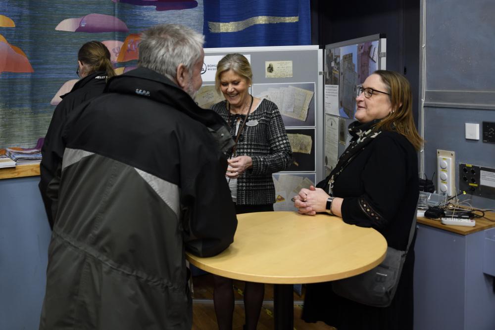 Bild på Mariette (Bohusläns museum) och Linda (Bohusläns föreningsarkiv) som svarar på frågor från besökare.