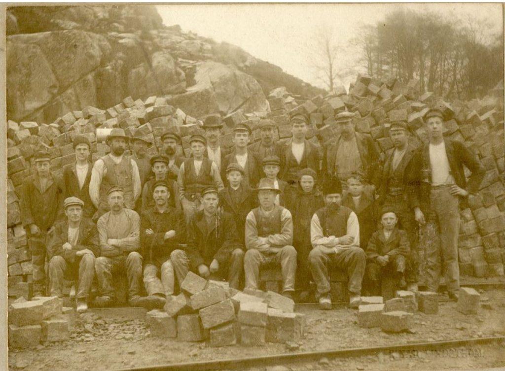 Gruppbild på stenhuggare.