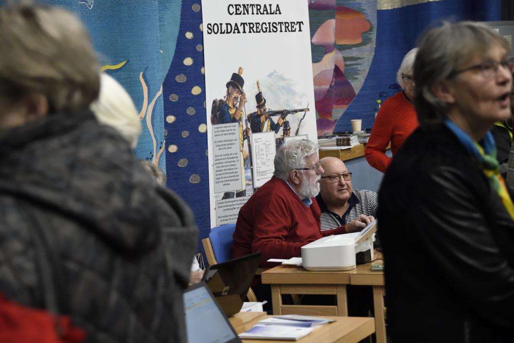 Foto på Anders Brissman från Centrala Soldatregistret informerade om hur man kan söka sina släktingar i register.