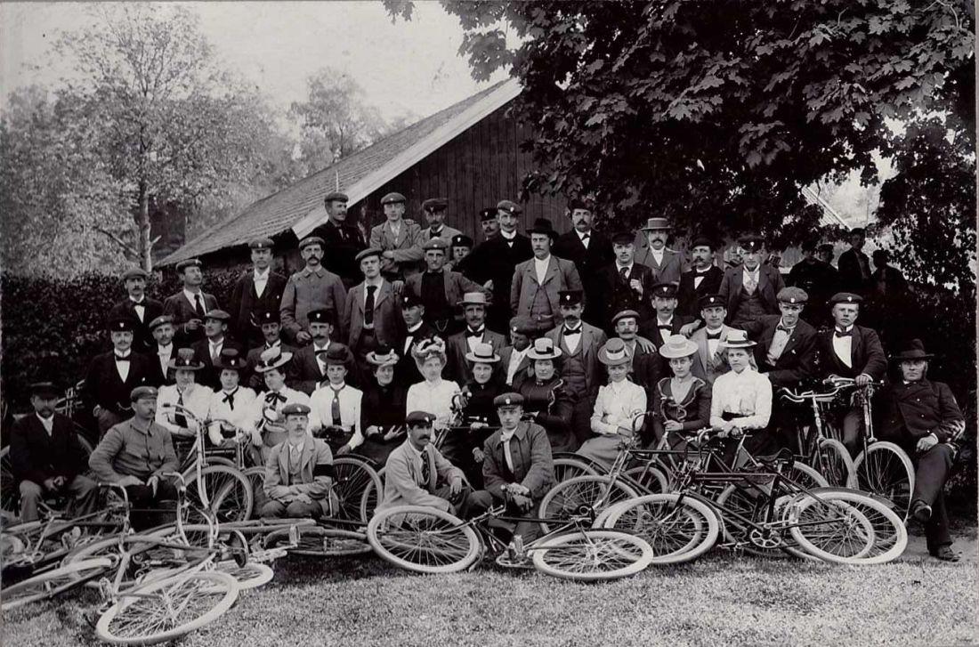 Cyklister på utflykt. Början av 1900 talet.
