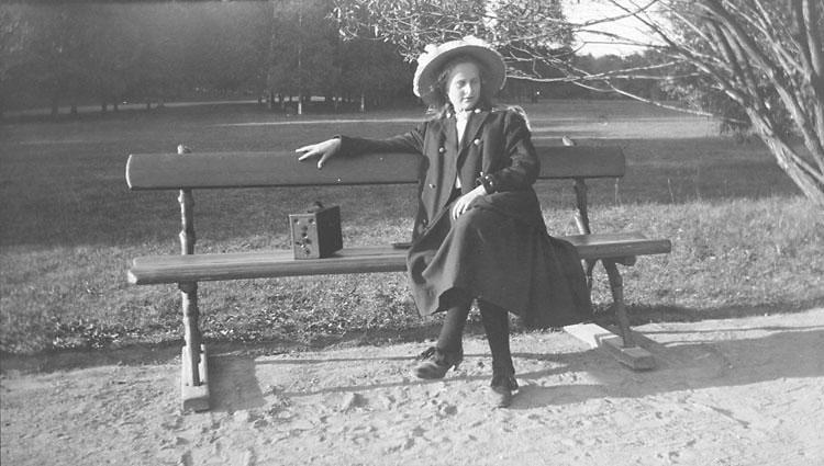 Okänd kvinna på parkbänk. Fotot taget ca 1910.
