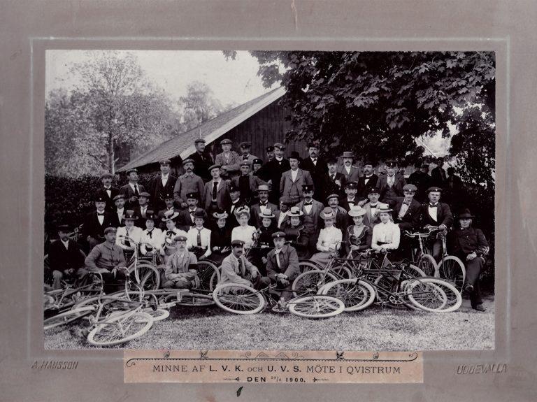 50 tal manliga och kvinnliga cyklister. 10 tal cyklar i förgrunden.