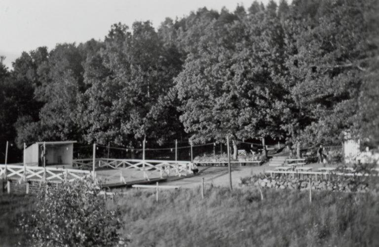 Dansbana och skog i bakgrunden.
