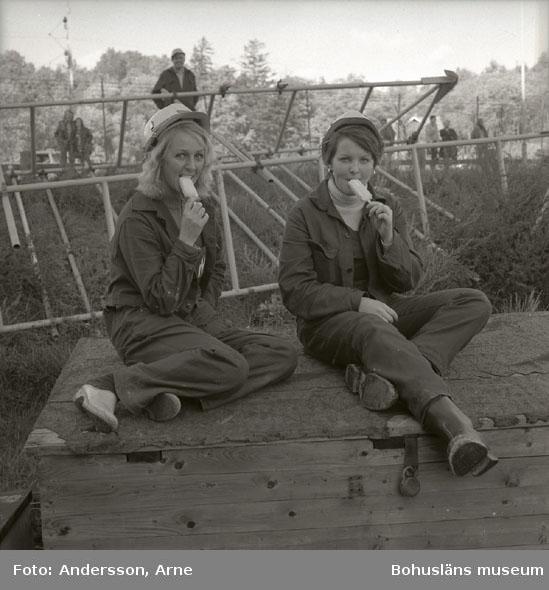 2 kvinnliga varvsarbetare som äter glass