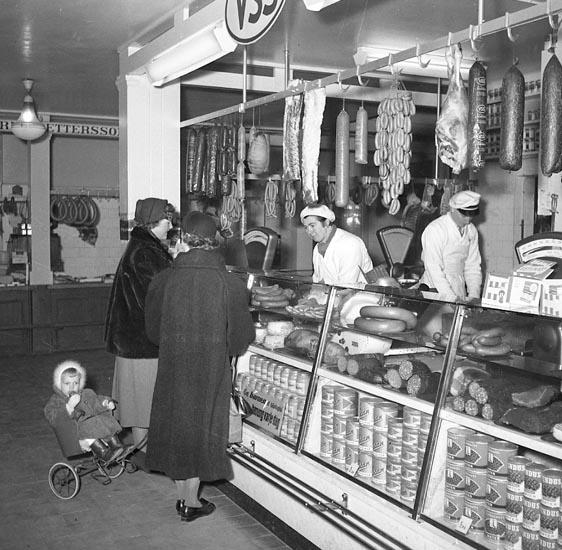 2 kvinnor och ett barn som handlar i Uddevalla saluhall.