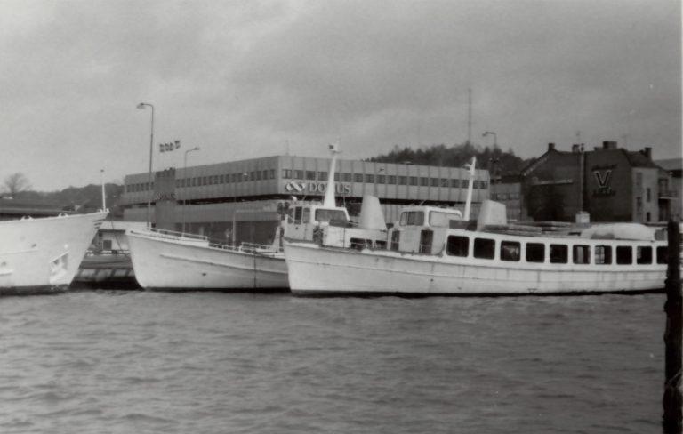 Foto taget från södra sidan av bäveån. Vita båtarna och Domus i bakgrunden.