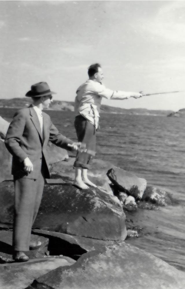 2 stycken herrar som spinnfiskar från klippor. En i kostym och hatt