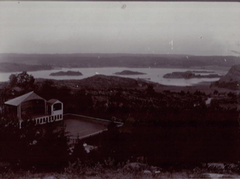 Folkets park i förgrunden. Byfjorden i bakgrunden.