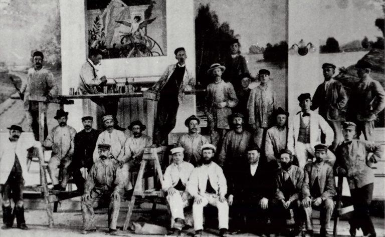 20 tal målare tidsenligt klädda på äldre bild.