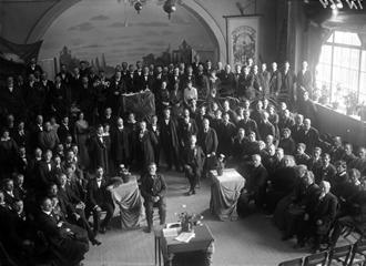 Svartvitt bild som visar ett möte i Frideborgshuset.