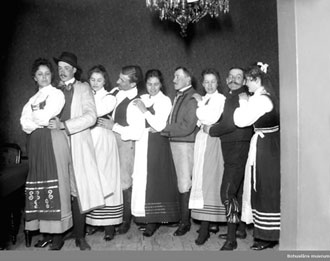 9 stycken folkdansare. Svartvit bild.
